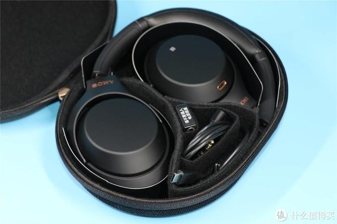 收纳包内部有分隔,便于整理存放耳机与线缆等附件