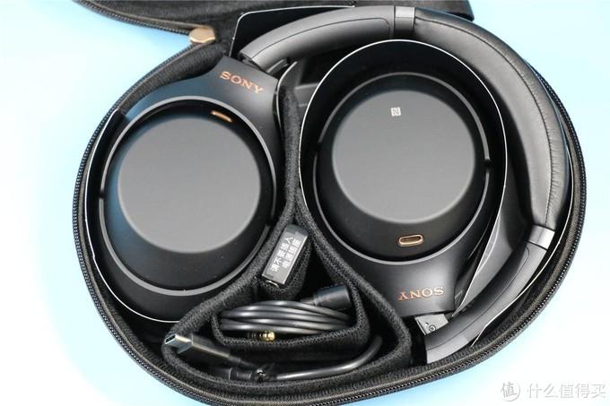 这一张看得更清楚:耳机处于不对称折叠状态;附件存放井井有条