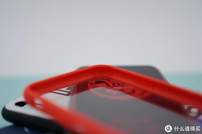 ⬆手机壳四个角内部都有形状类似蜂窝的一些凸起。