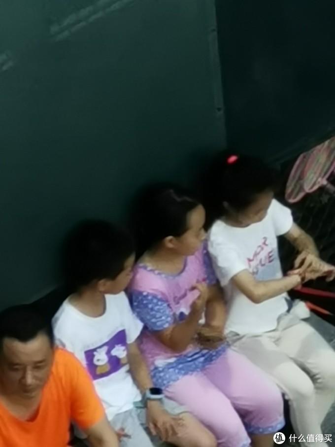 P30pro长焦,从七楼拍上图网球场下的座位中的小朋友