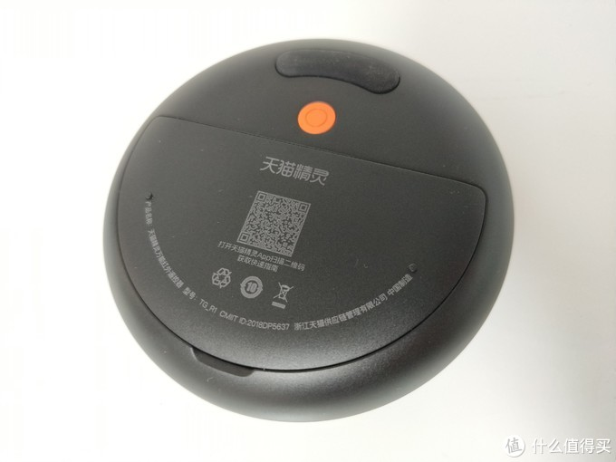 盖上有一个二维码扫描即可获取使用指南,二维码下方是相关环保标识,弧形的产品信息有点像笑脸。橙色的按钮则是配对开关,上方是弧形防滑条,阿里的设计还是可以的