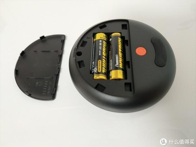 抠开底部的电池盖,放入电池