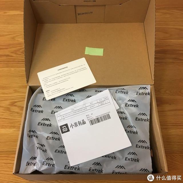 保护膜日常保养说明一应俱全,纸质单据是放在鞋盒和外面塑料袋之间的