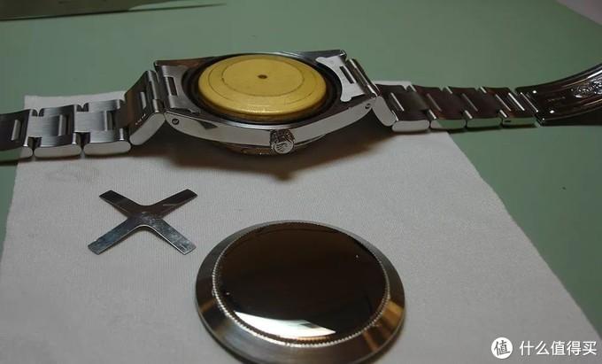 打开后盖即可看到以软铁材料制作的黄色内罩,与后盖之间另有一十字弹片,用以固定内罩