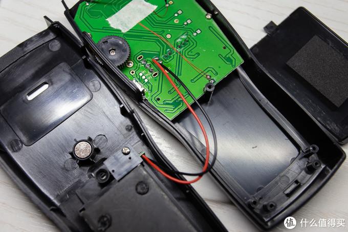 就可以将前后壳分离,电池触点与主板焊接连接,差评