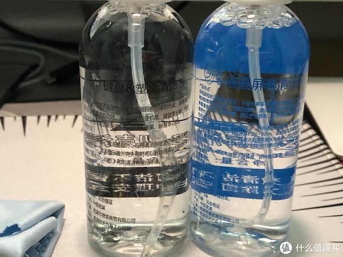两瓶清洁液特写,一瓶给屏幕用,一瓶给外壳什么的用
