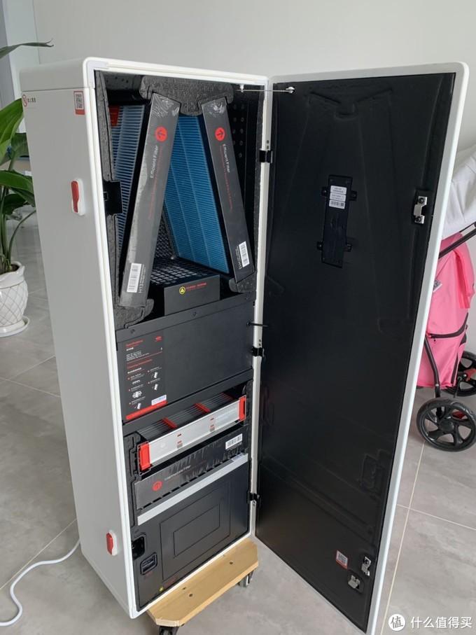 内部设计巧妙,充分利用空间增加了过滤面积和通风量。舱门内侧是整张泡沫棉,闭合时能够完全密封,保证机器不漏风