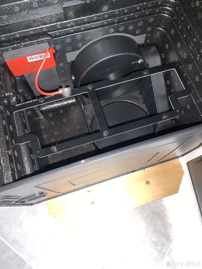 底部舱室内的高压静电发生装置,机器背部和底部有两个电动自动控制风阀,再也不怕室外灌风了