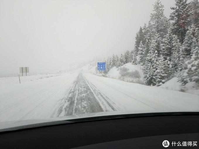 高速上看不见车道了,许多事故。Tesla一次都没有打滑过,非常稳