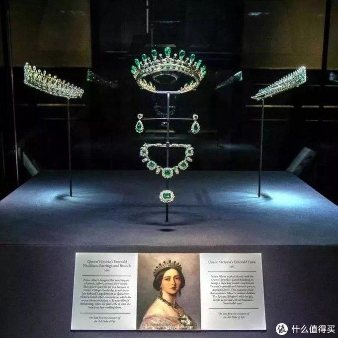 ▲ 在肯辛顿宫展出的维多利亚女王的祖母绿套装
