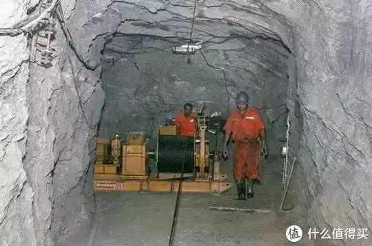 ▲机械装满矿石后开始运输,利用绞盘拖动轨道台车