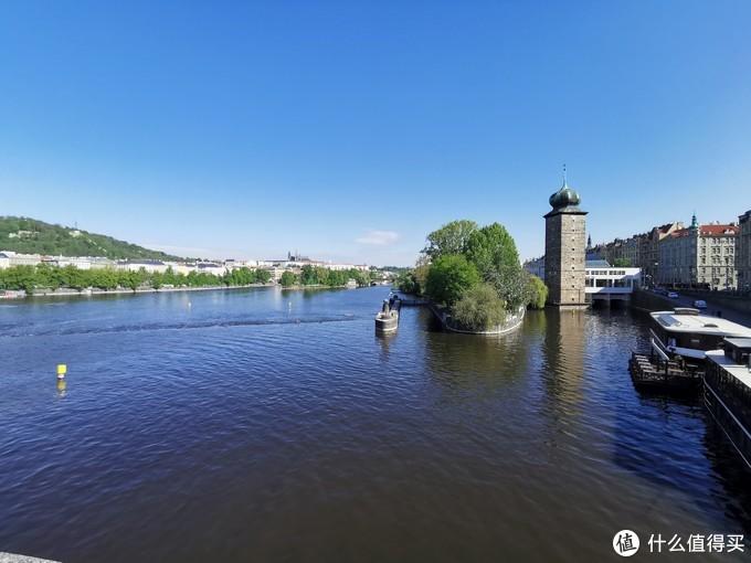 河水很蓝,景色还是很不错的,特别是晴天的时候