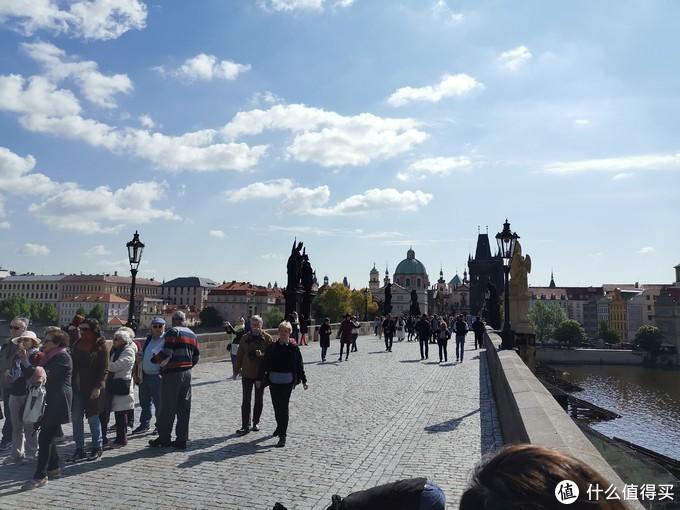 查理大桥场景,就是一座古老的桥上面有很多雕塑,不了解捷克历史的人还真是没有太多感觉