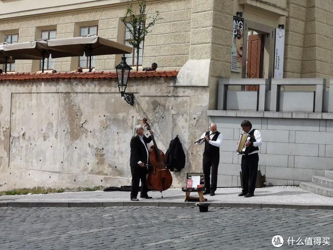 广场上演奏的艺人