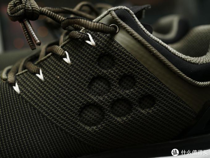 鞋的表面确实看不到接缝,还用织法来区分不同的部位,造成更好的视觉效果,在中部6个点的logo不知道是用什么方式做成凹进去的效果