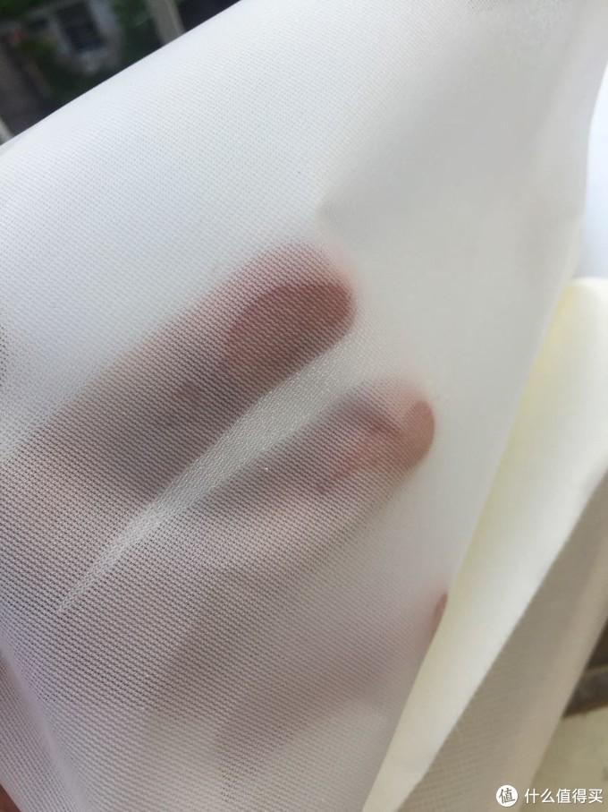 撕开最外蓝色的封包,最外面头2层是比较薄和细孔的滤网