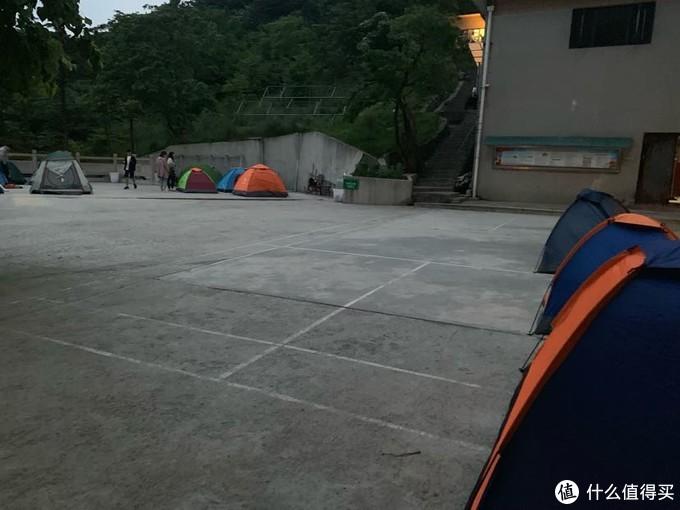 简陋的露营场地