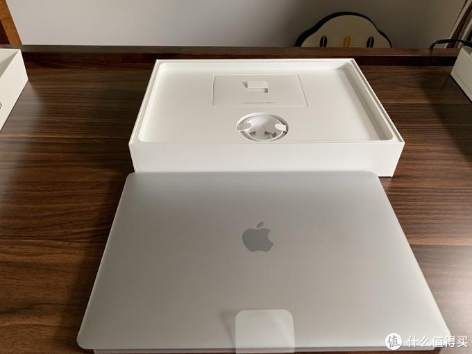 拿出主机检查了四周都没有问题,闻着就是苹果新机的味道,配件也好好看了一下,质感原装没问题,很多人担心说换配件,我觉得真的是子虚乌有,换两个配件的功夫不如多卖两台电脑