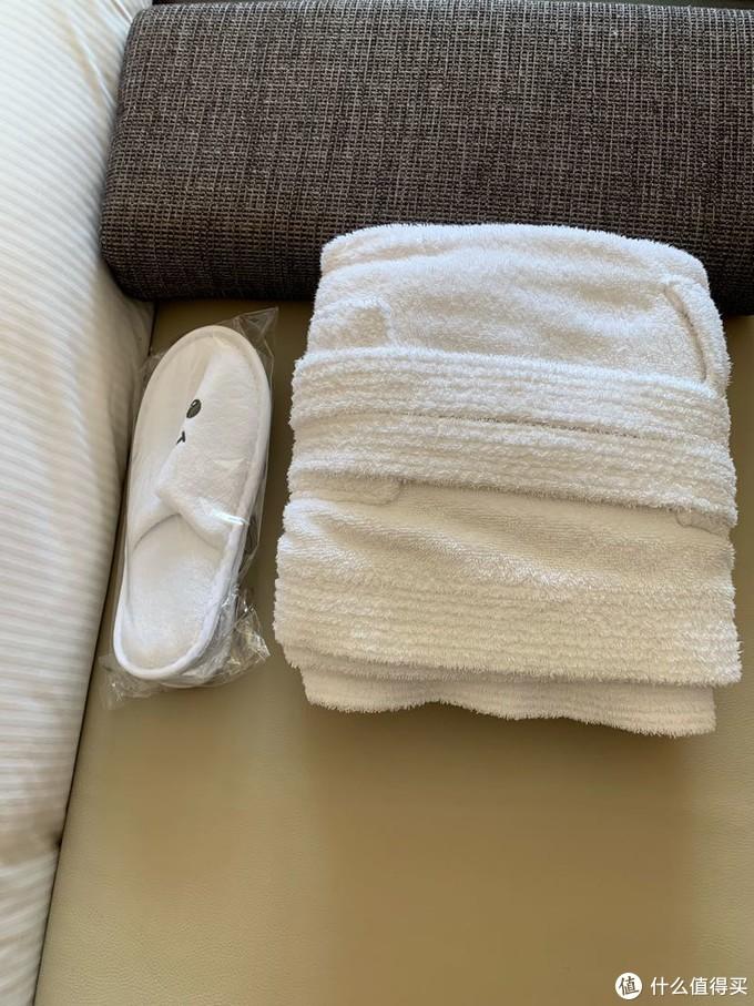 专门提供了儿童拖鞋和浴袍,但对于1岁10个月的宝宝来说,都太大了