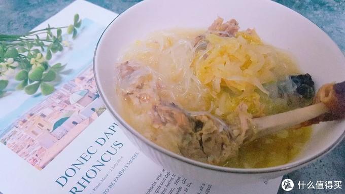 烤鸭吃剩下的架子可拿来做汤,跟酸菜一起炖,别提多好喝了