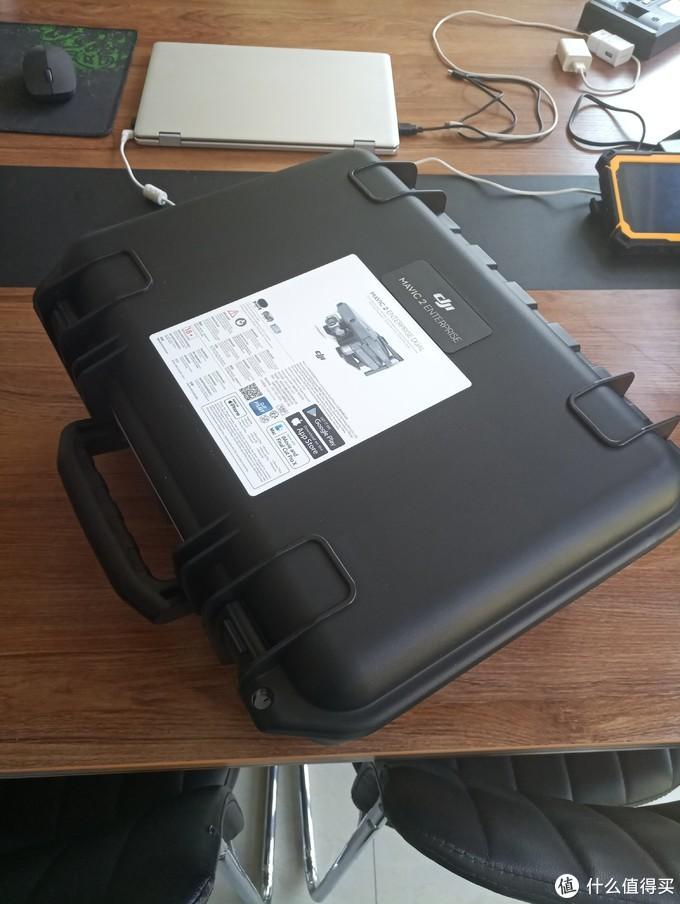 取出来了,第一眼看到这箱子,才明白为啥快递纸壳包装那么节省了,请诸位看官忽略我凌乱的办公桌