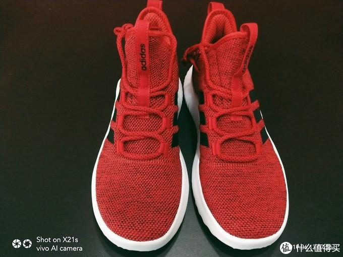 正面,大面积的针织鞋面,看起来比较粗糙,不知道是否耐磨耐操。
