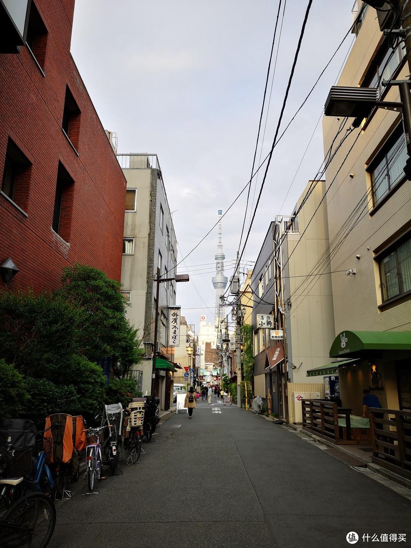 酒店附近的商店街,可以看到晴空塔