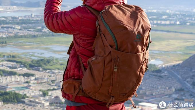 可以悬挂冰镐、登山杖,前侧的大口袋可以额外装一些物品,腰部有两个小的拉链口袋可以放小东西