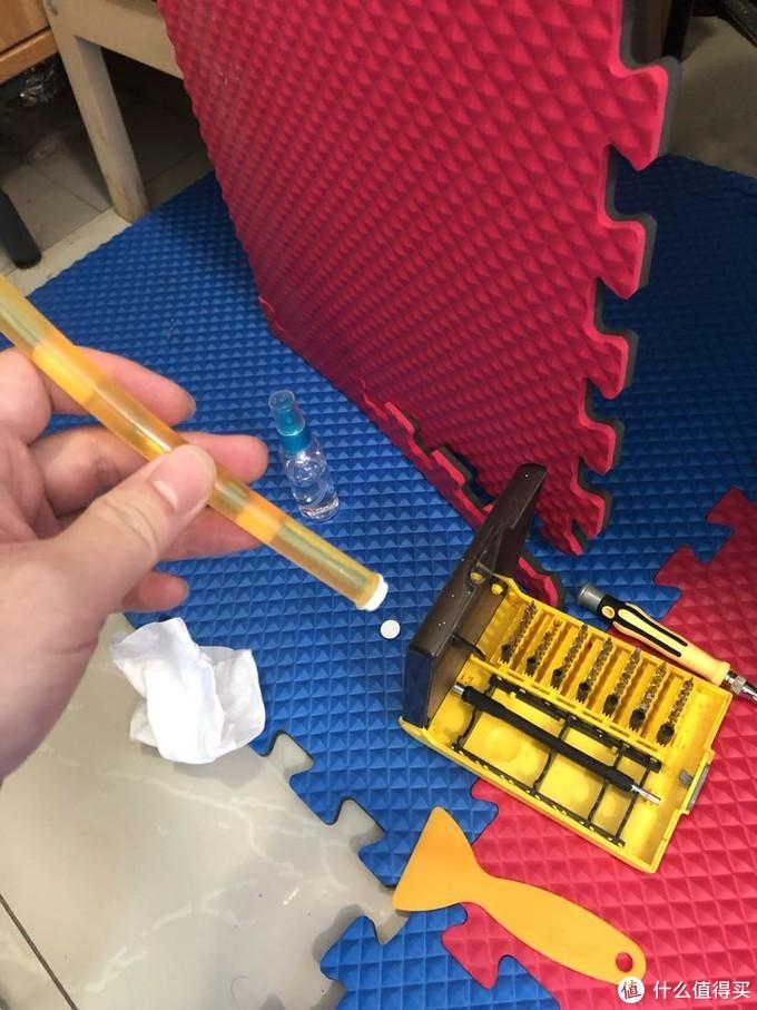 螺丝有盖冒 注意分寸 不然影响保修