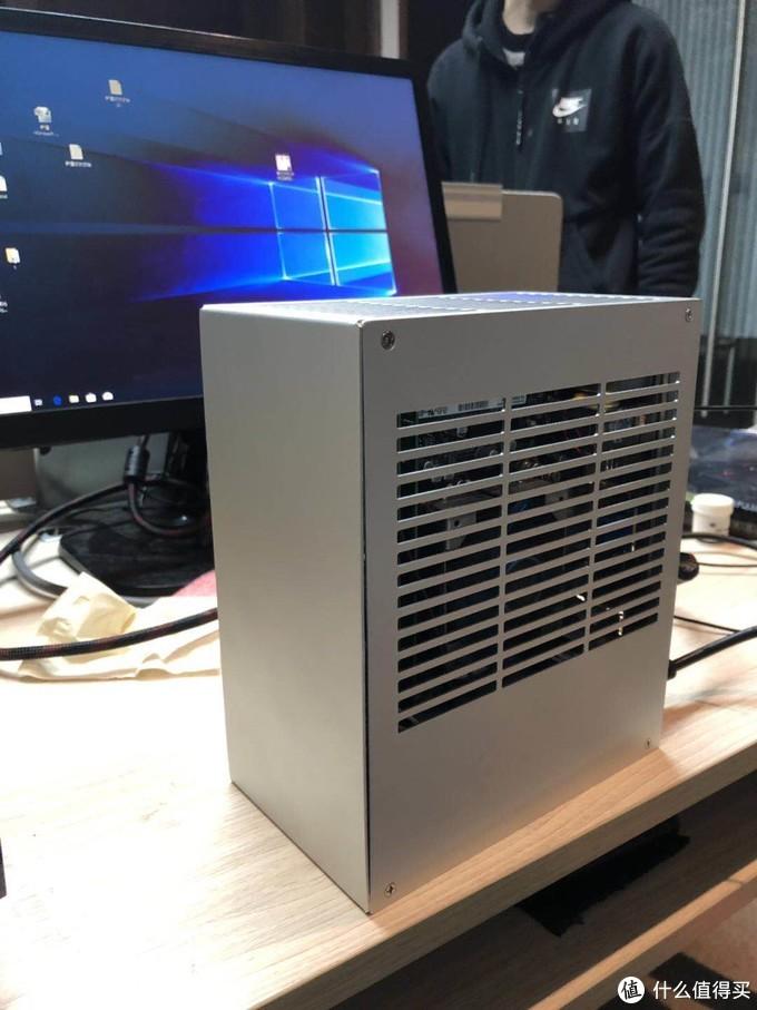 2.0的散热和兼容性都好,就是有点丑,我买的时候还没提手,现在有了