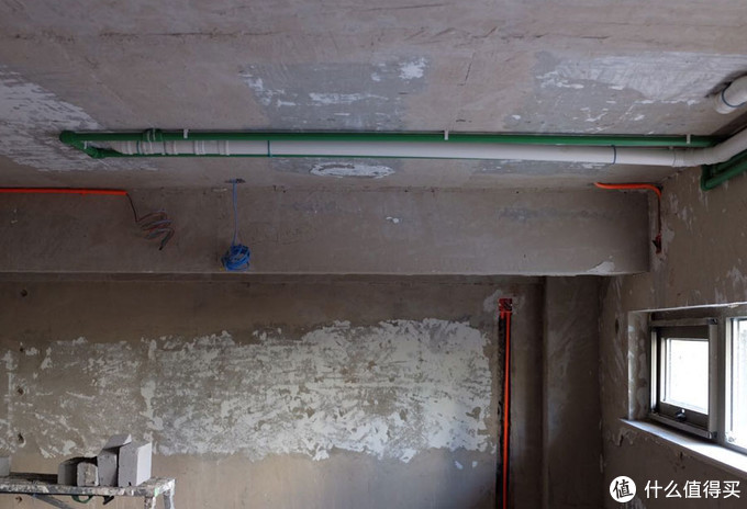 地下一层顶面的对应水管