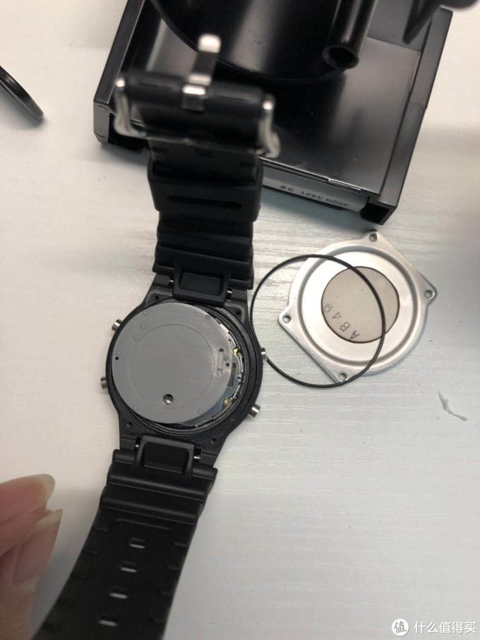 打开后盖,黑色圈是防水圈,灰色的胶垫片