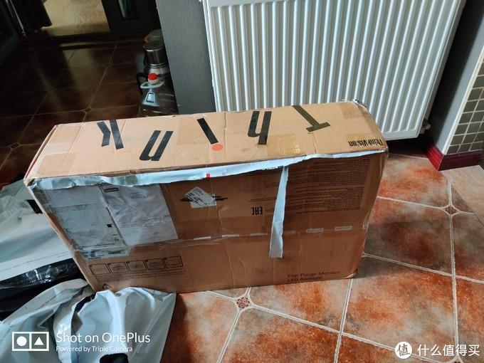 由于箱子太大了,顺丰没法进行加固,只能外面贴个易碎标签