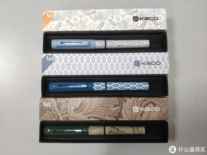 盒子里面还是挺简洁的,就是直接笔套在架子上