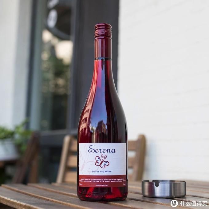 红宝石一样的酒瓶,颜值在线。