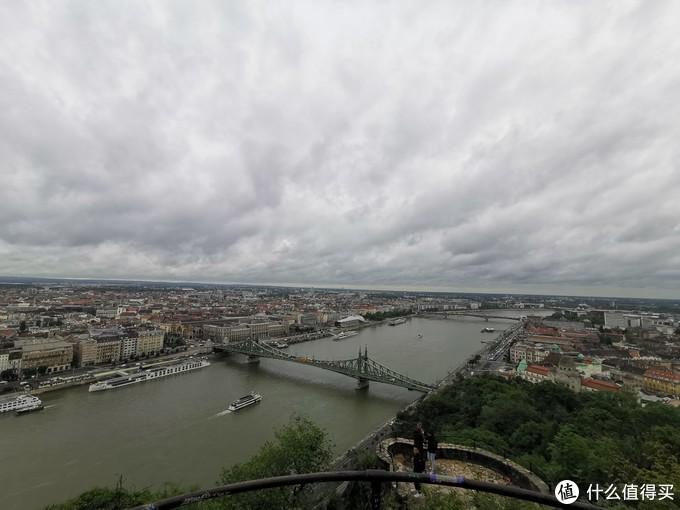 山上的观景台俯瞰布达佩斯城区