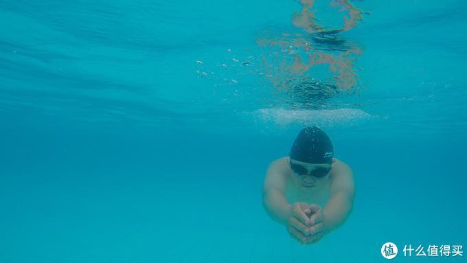 纳闽棕榈度假酒店的泳池游泳