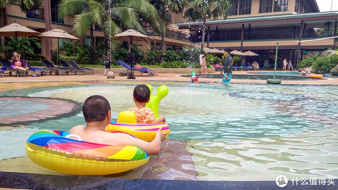 普吉岛诺富特仿古公园酒店泳池套上救生圈尴玩