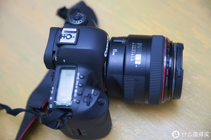 在镜头与相机的链接出,可见金属卡口