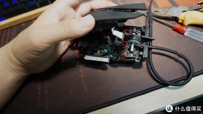 (轻轻提起上盖,注意排线,因为微动和滚轴在单独的上层电路板上,只需拆掉两边大螺丝和滚轴旁边小螺丝,即可拿下上层电路板)