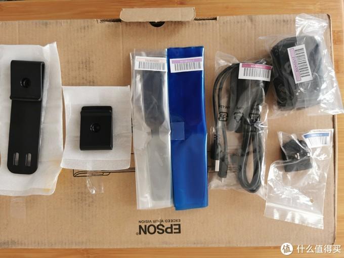 打开这个双眼盒子,里面的是一堆配件,从左到右依次是,长腰卡,短腰卡,半黑遮光板,全黑遮光板,数据线,插座