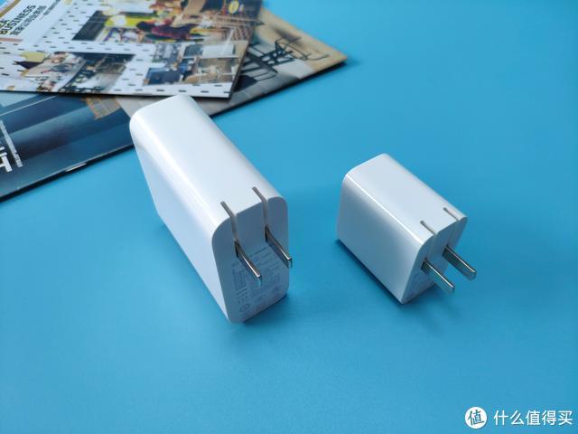 小米二合一移动电源,即是移动电源也是充电器,实属出行必备良品