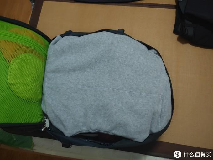 平铺放入另一件抓绒衣,另一侧网袋里是两个收纳袋