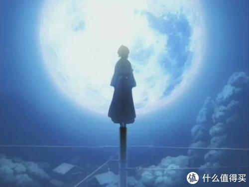 动画中朽木露琪亚在满月下的剪影。