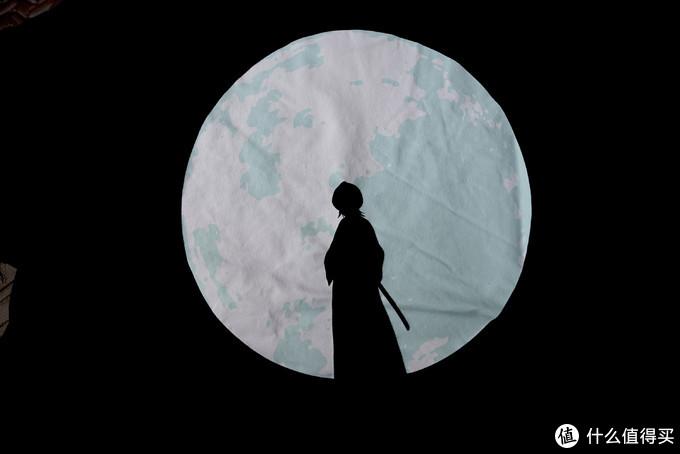 背后的印花,一个大大的满月,中间一个朽木露琪亚的剪影。
