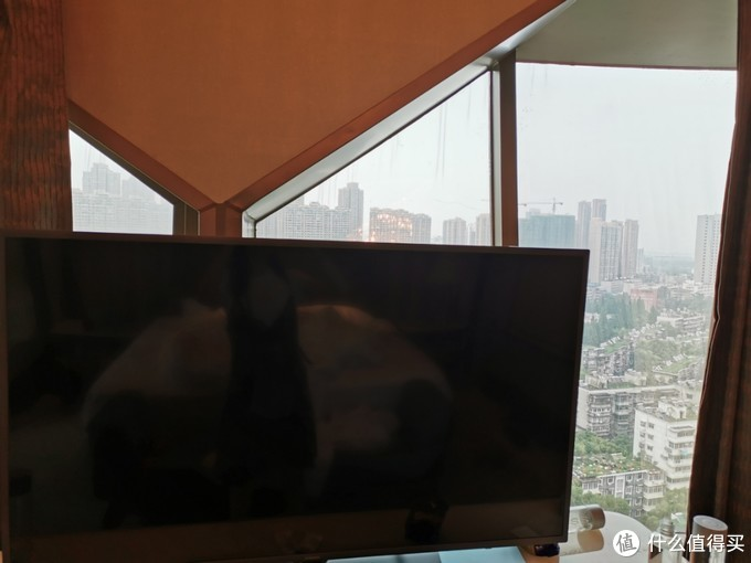 电视背后的窗户