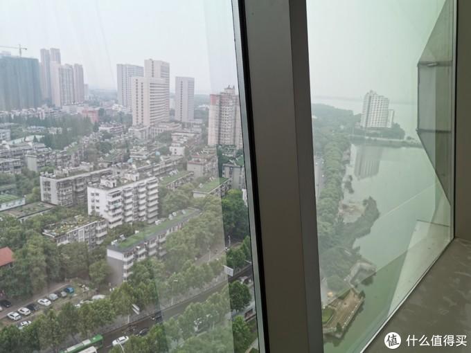 窗外可以看见一点点东湖