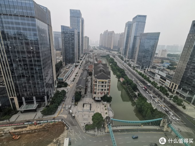 窗外可以看到楚河汉街步行商业区