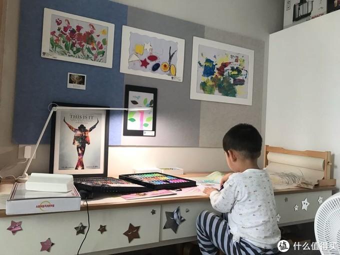作品上墙展示的仪式感大大激发了小朋友的创作热情
