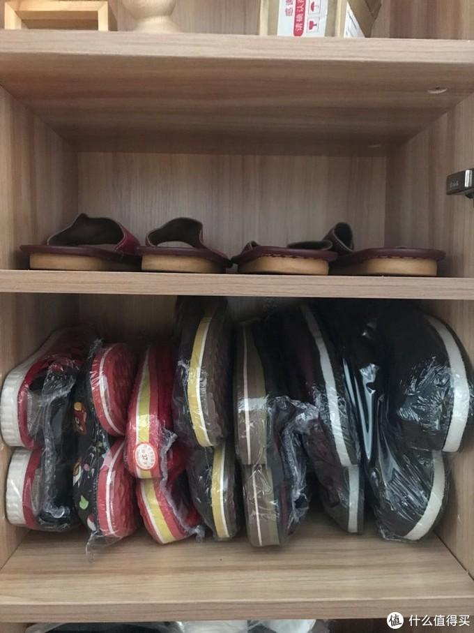 平摊那么一大堆的冬季拖鞋,可以侧放挤进这么小一格柜子。